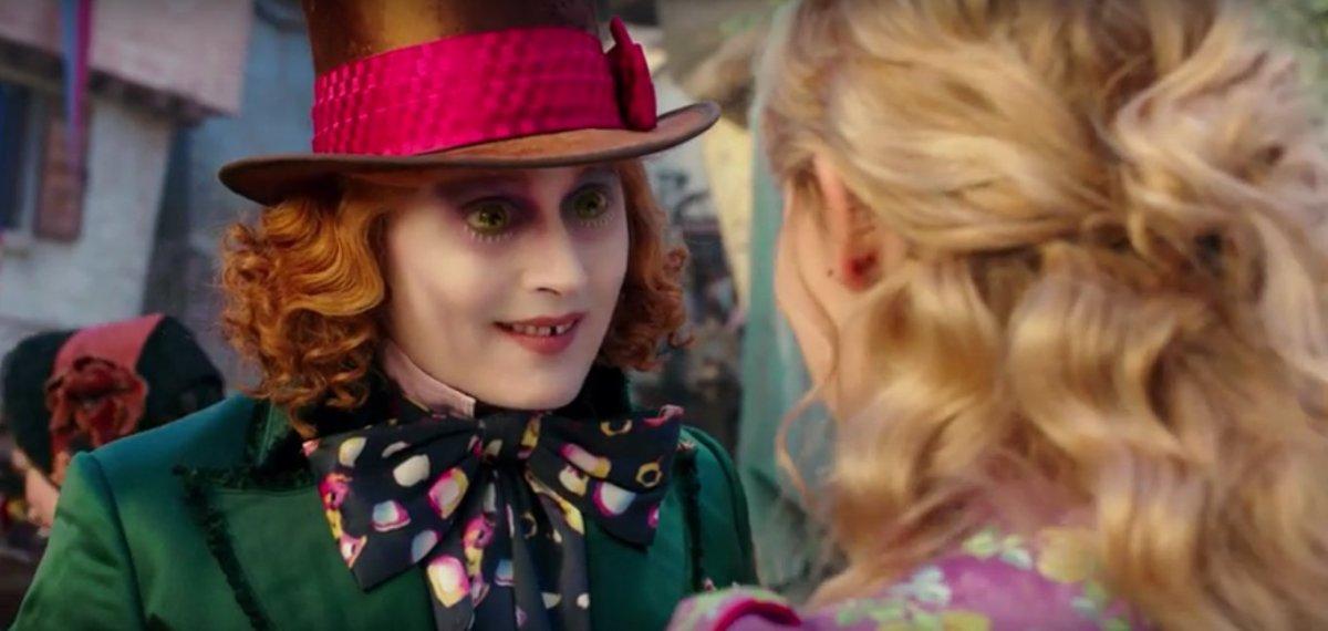 Alice incontra il giovane cappellaio matto nella nuova - Alice e lo specchio ...