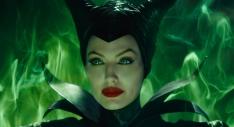 11) Malefica non ha la pelle verde vista nel film animato perchè, come spiegato da Rich Baker, l'obbiettivo era quello di creare un aspetto gradevole, seducente e che contemporaneamente potesse comunque far pensare a una strana creatura in cui potersi riconoscere.
