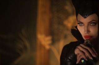 3) Sempre l'attrice ha personalmente disegnato le lenti a contatto che, dipinte poi da un'addetta ai lavori, ha indossato nel film.
