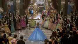 10) - La sala da ballo del castello è lunga 45 metri e larga 32 e può vantare un pavimenti di marmo importato, una gigantesca scalinata, tende realizzate con quasi due chilometri di tessuto, 17 enormi candelabri realizzati in Italia, oltre tre chilometri di velluto turchese, più di 16.000 fiori di seta, e 5.000 candele a olio, ciascuna accesa manualmente.