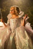 11) - La costumista Sandy Powell ha realizzato la gonna della Fata Madrina con 120 metri di tessuto, 400 luci a LED e migliaia di cristalli Swarovski. Quando Helena Bonham Carter lo indossava, il vestito arrivava a quasi un metro e venti di larghezza.