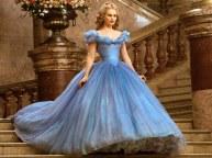 """2) 240 sono i metri di stoffa che Sandy Powell, la costumista del film più volte vincitrice di un Oscar), ha impiegato per realizzarle l'abito da ballo di Cenerentola. Realizzato in nove versioni (una più corta delle altre per permettere all'attrice di correre più facilmente durante la scena della fuga dal ballo) ognuno ha più di 10.000 cristalli Swarovski sopra, numerosi sottovesti e oltre quattro chilometri di cuciture. """"La prima volta che ho visto il vestito blu di Cenerentola nell'ufficio di Sandy Powell, sono rimasta senza parole"""" ha affermato la produttrice Allison Shearmur. """"Mi ha invitato a toccarlo ed io ero terrorizzata, ma quando l'ho fatto sembrava di toccare una nuvola. Eppure, c'era una quantità impressionante di tessuto in quella gonna. La loro realizzazione, ovviamente, ha richiesto mesi e mesi di lavoro. """"L'abito non è pesante perché poggia su punti strategici del corpo e i supporti attaccati alle sottovesti rendono i movimenti molto semplici. Non è certo la gonna più elegante del ballo ma doveva mettere in risalto tra la folla la ragazza e il suo fisico minuto"""" (la James ha una vita di 55 cm, esaltata da un corpetto costruito ad hoc). Per il colore, invece, ha usato ogni diversa sfumatura di blu. Non sono stati inseriti gioielli o tiare proprio per evidenziare la sua semplicità. Poi è venuta l'idea di far posare delle piccole farfalle sul vestito subito dopo che la Fata Madrina lo crea."""