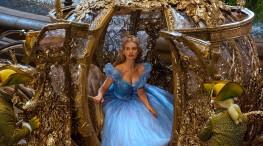 19) - La carrozza che Cenerentola usa per andare al ballo è stata realizzata per davvero ed è totalmente funzionante. Questa è alta 3 metri, lunga 5 metri, pesante 2 tonnellate e può essere trainata da 4 cavalli. La carrozza è stata esposta presso gli Studi Disney a Hollywood.
